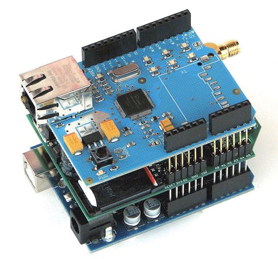 """Bild 2. Arduino wird mit """"Shields"""" erweitert - hier mit GSM- und Ethernet-Shield."""