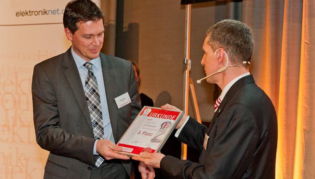 <b>Aktive Bauelemente 3. Platz</b> Diesen Platz belegte NXP mit seinem Low-Power-32-bit-Mikrocontroller LPC800. Mario Klein von NXP (links) nimmt die Urkunde von Elektronik-Chefredakteur Gerhard Stelzer entgegen.