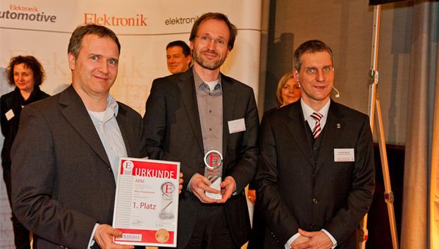 <b>Aktive Bauelemente 1. Platz</b> ARMs ersten 64-bit Core Cortex-A57 wählten die Leser auf Platz 1. Joachim Krech (links) und Michael Brandmüller (Mitte) von ARM freuen sich über die Auszeichnung.