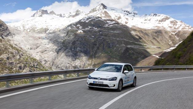 So sehen Sieger aus: Der Volkswagen e-Golf belegte bei der Wave Trophy 2014 in der Effizienz- und Reichweitenprüfung Platz 1.