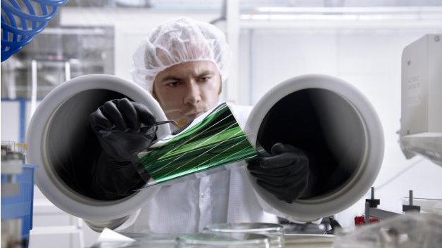 Im Labor auf Glaszellen bewährte Materialien werden auch für große Solarfolien verwendet und anschließend in die Produktion überführt.