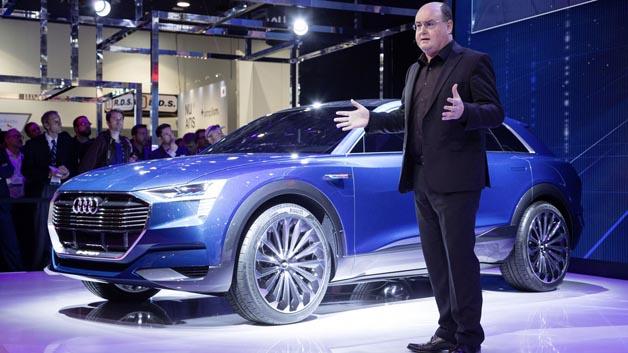 Ricky Hudi, Leiter Entwicklung Elektrik und Elektronik, stellt die Konzeptstudie Audi e-tron quattro concept vor.