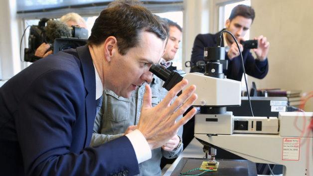 Schatzkanzler Georges Osbourne besucht den Cardiff Compound Semiconductor Catapult