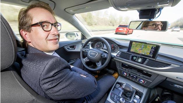 Gundlagen für die Entwicklung von Testmethoden für hochautomatisiertes Fahren – hier im Bild testet Verkehrsminister Dobrindt hochautomatisiertes Fahren in einem Audi Technikträger auf der A9 – werden im Projekt Pegasus erforscht.