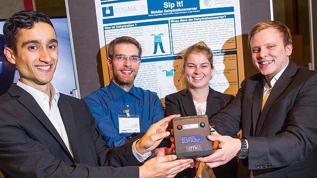 """Die Entwickler des Dehydrationswarner """"Sip it!"""" von der TU Darmstadt freuen sich über die Auszeichnung mit dem 1. Preis im Wettbewerb COSIMA: (von links nach rechts) Masih Fahim, Claas Hartmann, Luisa Pumplun, Marco Degünther."""