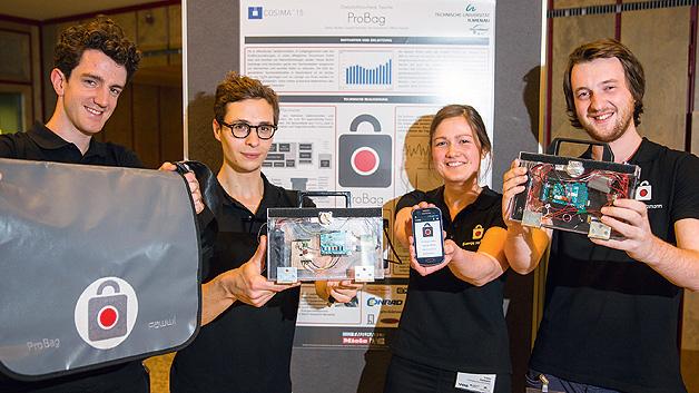 """Für die Entwicklung des elektronischen Handtaschenschlosses mit Diebstahlerkennung und -Warnung """"ProBag"""" wurde das Team der TU Ilmenau mit dem 2. Preis im Wettbewerb COSIMA geehrt: (von links nach rechts) Tommy Heckert, William Tasnadi, Svenja Hermann, Loїc Kautzmann."""
