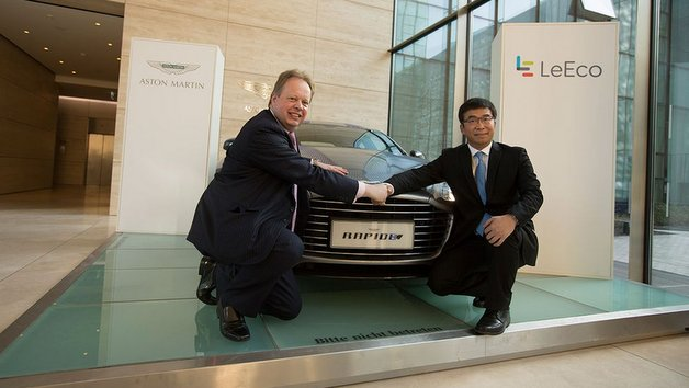 Aston Martin CEO Dr. Andy Palmer (links) und Ding Lei, Co-Founder und Global Vice Chairman  LeEco, vor einem RapidE.