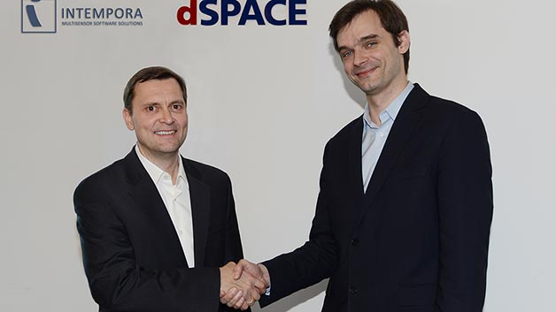 André Rolfsmeier (links), Lead Product Manager for Advanced Applications and Technologies bei dSpace, beim Handschlag mit Nicolas du Lac, Managing Director von Intempora.