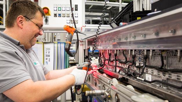 Montage von Kühlschläuchen an Batteriemodulen bei der Deutschen ACCUmotive