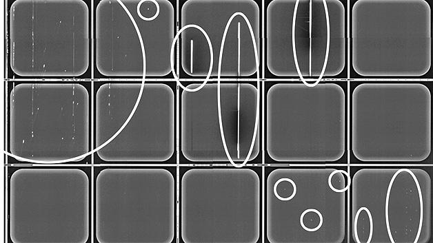 Photolumineszenz-Aufnahme einer Siliziumkarbid-Halbleiterscheibe mit teilprozessierten Bauelemen-ten. Markiert sind auffällige Strukturen, die zu funktionsunfähigen oder im Betrieb unzuverlässigen Bauelementen führen.