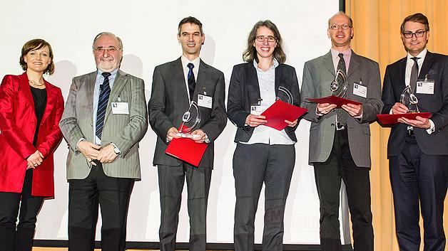 Übergabe des Semikron Innovation Awards (v.l.n.r.): Bettina Martin (SEMIKRON-Stiftung), Prof. Leo Lorenz (ECPE e.V.), Dr. Patrick Berwian (Fraunhofer IISB), Larissa Wehrhahn-Killian (Infineon Technologies AG), Dr. Michael Krieger (LAP, Friedrich-Alexander-Universität Erlangen-Nürnberg), Dr. Steffen Oppel (Intego GmbH) in Vertretung für Michael Schütz (Intego GmbH).