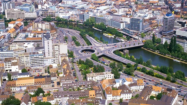 Auch die Landeshauptstadt des Saarlands rangiert unter Deutschlands verkehrsreichsten Städten. Hier steht ein Fahrer im Durchschnitt 35 Stunden im Stau. Ein leichter Rückgang im Vergleich zu 2014.