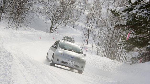Elektrofahrzeuge wie hier der Nissan Leaf werden bei winterlichen Bedingungen vor eine große Herausforderung gestellt.