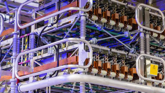 Detailaufnahme eines Konverterturms in HGÜ-Plus-Technik. Der Turm in der Nürnberger Fabrik von Siemens dient in erster Linie zur Schulung von Wartungsarbeiten für Kundenpersonal und Siemens-Mitarbeiter.