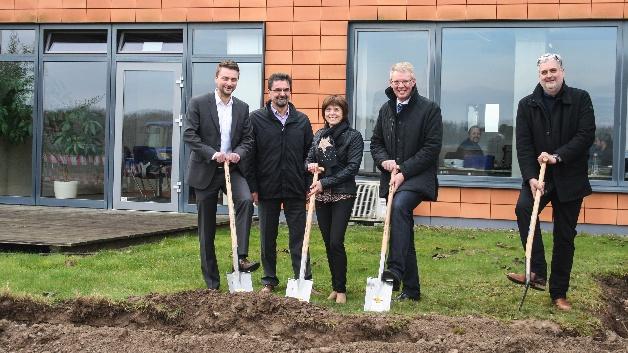 Die Bauherren Thorsten Wanner, Dr. Theodor Wanner und Rosemarie Wanner mit Bürgermeister Christian Riesterer und dem Architekt Andreas Wiskandt beim Spatenstich für das neue Sensopart-Gebäude.