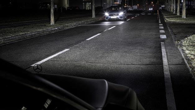 Die HD-Beamer-Technologie von Mercedes-Benz erkennt über die Sensoren im Auto andere Verkehrsteilnehmer und kann die Lichtverteilung optimal an die Umgebung anpassen ohne den Fahrer entgegenkommender Fahrzeuge zu blenden.