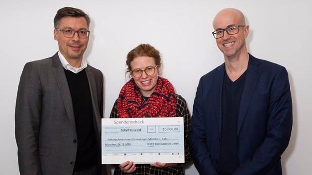 Peter Eberhard (links) und Matthäus Hose (WEKA FACHMEDIEN) übergeben den Spendenscheck in Höhe von 10.000 Euro an Angela Zacher (Stiftung Ambulantes Kinderhospiz München - AKM)